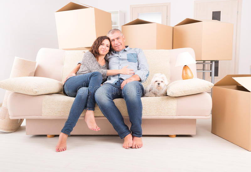 Par på det nya hemmet royaltyfri foto