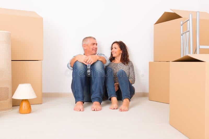 Par på det nya hemmet royaltyfria bilder