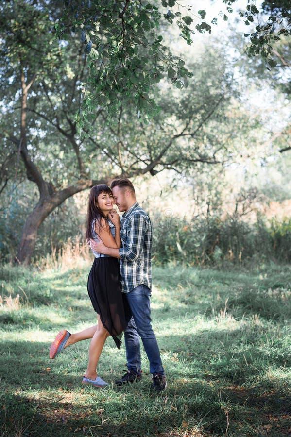 Par på en gå i skogen royaltyfria bilder