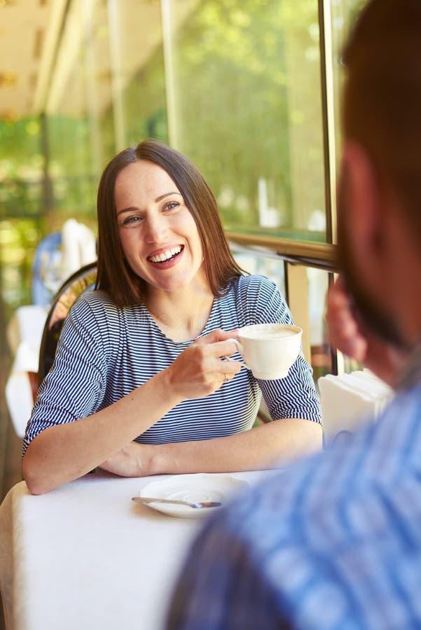 Par på ett datum på kafét royaltyfri fotografi