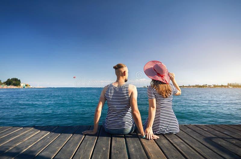 Par på Issyk Kul sjön royaltyfri bild