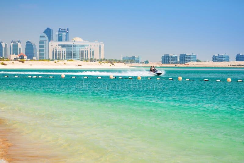 Par på jetskiritten i Abu Dhabi arkivfoton