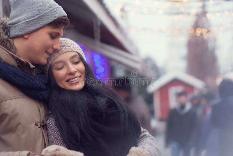 Par på julmarknad royaltyfri foto