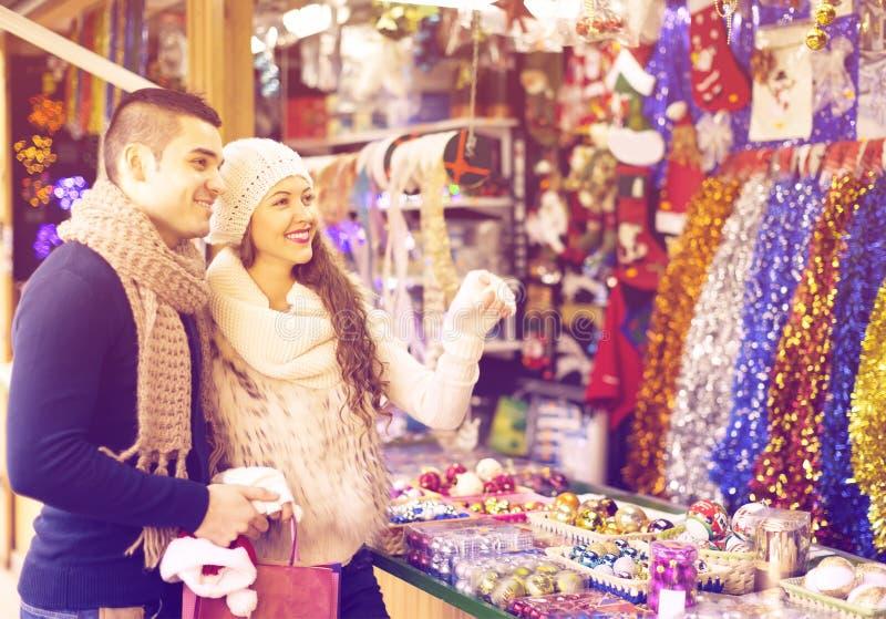 Par på julmarknaden royaltyfri fotografi