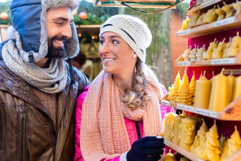 Par på köpande stearinljus för julmarknad som gåva royaltyfria bilder