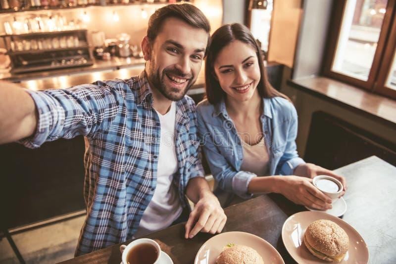 Par på kafét fotografering för bildbyråer