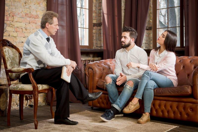 Par på kontoret för psykolog` s royaltyfri foto
