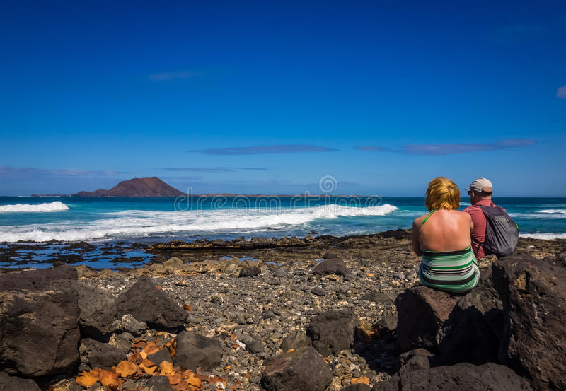 Par på kusten fotografering för bildbyråer