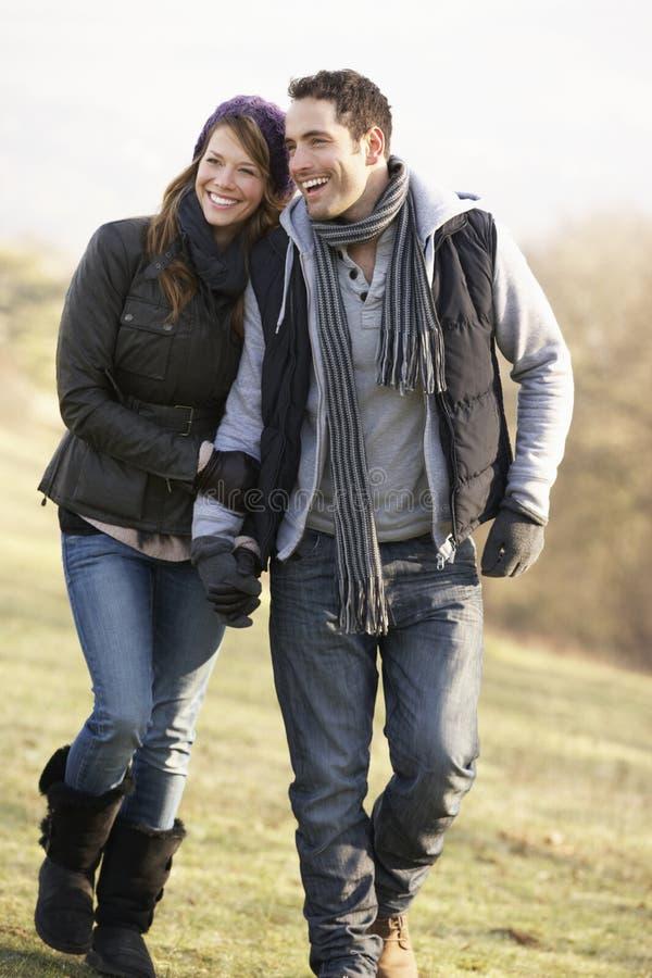 Par på romantiskt land går i vinter fotografering för bildbyråer