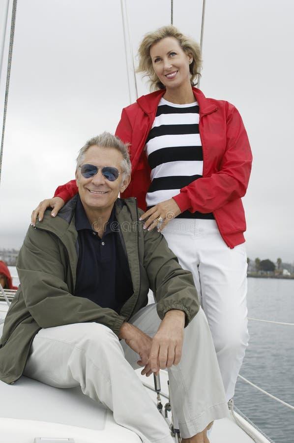 Par på segelbåten under semestrar royaltyfri bild