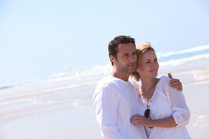 Par på sjösidan royaltyfria bilder