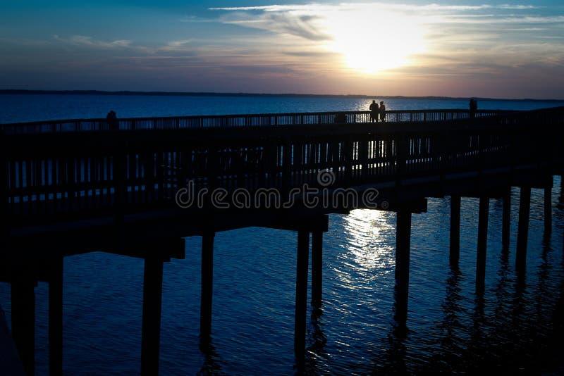 Par på skeppsdocka på solnedgången arkivfoto