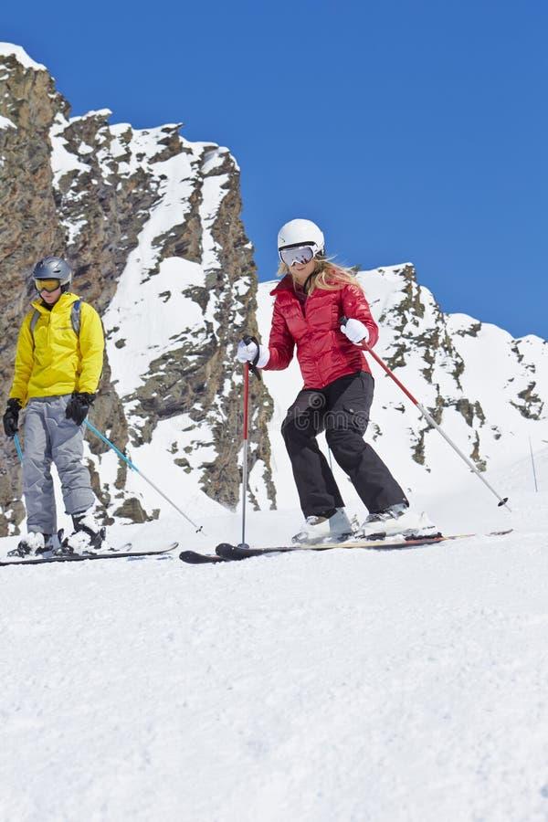 Par på Ski Holiday In Mountains arkivfoton