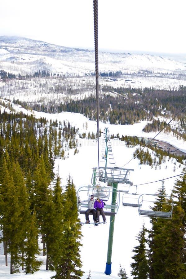 Par på Ski Lift royaltyfria bilder
