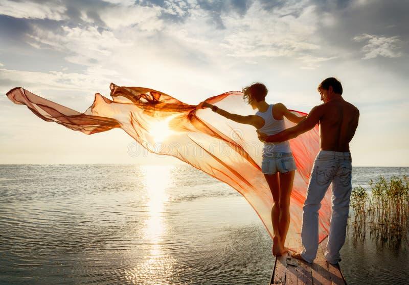 Par på solnedgångbakgrund fotografering för bildbyråer