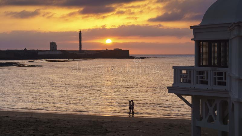 Par på solnedgången i La Caleta Cadiz Spanien royaltyfria bilder