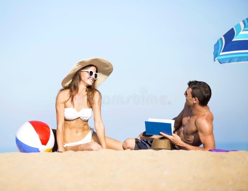 Par på sommarferier semestrar på den tropiska stranden royaltyfri fotografi