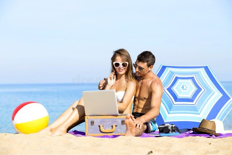 Par på sommarferier semestrar på den tropiska stranden royaltyfri foto