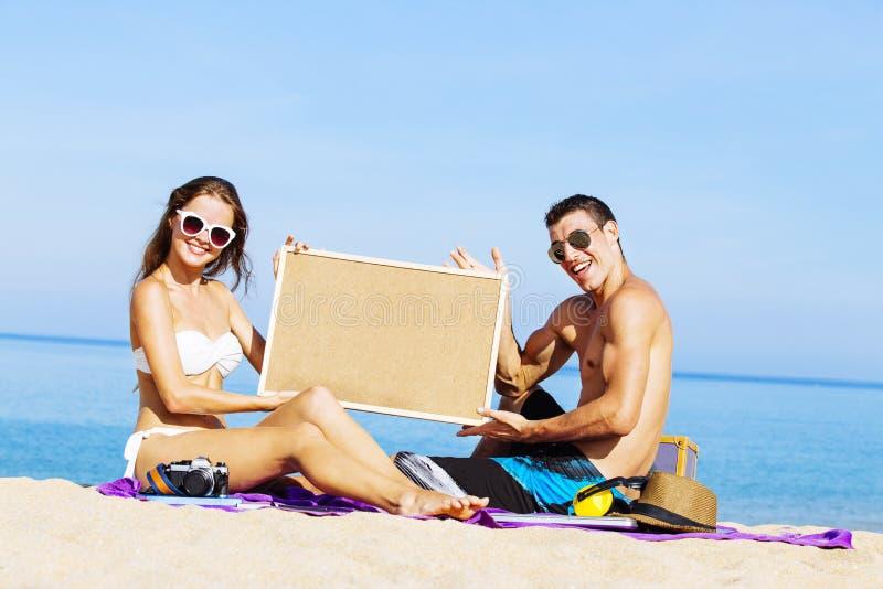 Par på sommarferier semestrar på den tropiska stranden arkivbild