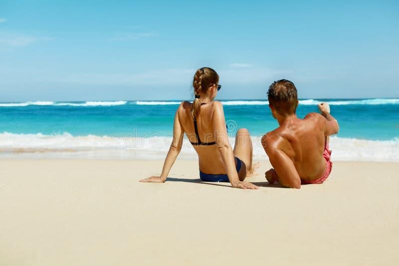 Par på stranden i sommar Romantiskt folk på sand på semesterorten royaltyfri foto