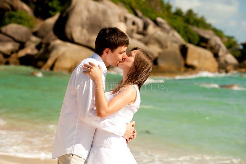 Par på strandkyssen royaltyfri foto