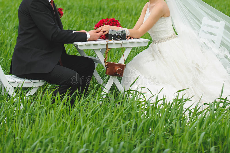 Par på tabellen i fält arkivbild