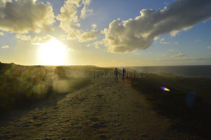 Par på vägen till stranden arkivfoton