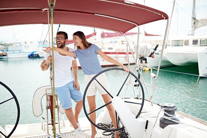 Par på yachten på hjulet som går på havtur arkivbild