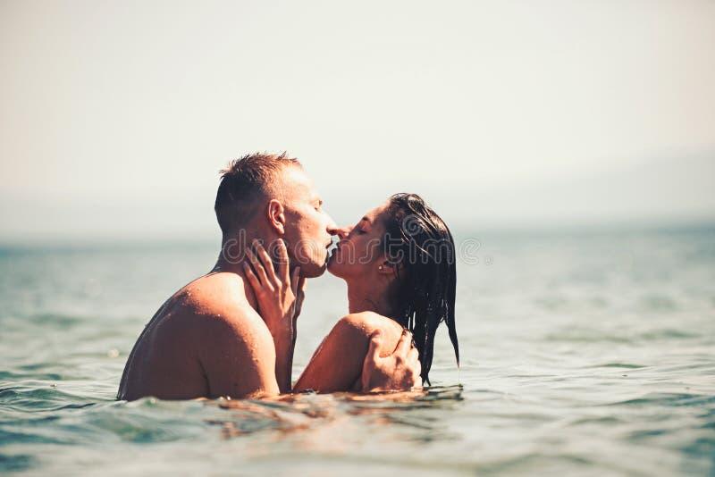 Par p? en tropisk strand p? Seychellerna fotografering för bildbyråer