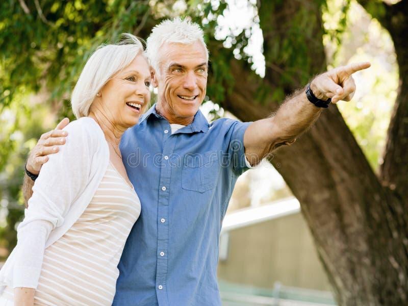 Download Par Parkerar Den Avslappnande Pensionären Fotografering för Bildbyråer - Bild av fritid, förälskelse: 78729071