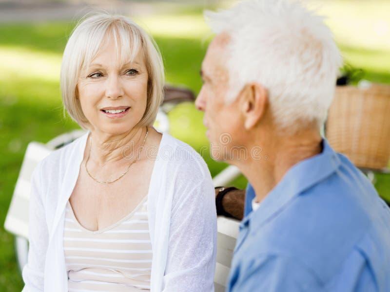 Download Par Parkerar Den Avslappnande Pensionären Fotografering för Bildbyråer - Bild av lyckligt, utomhus: 78731543