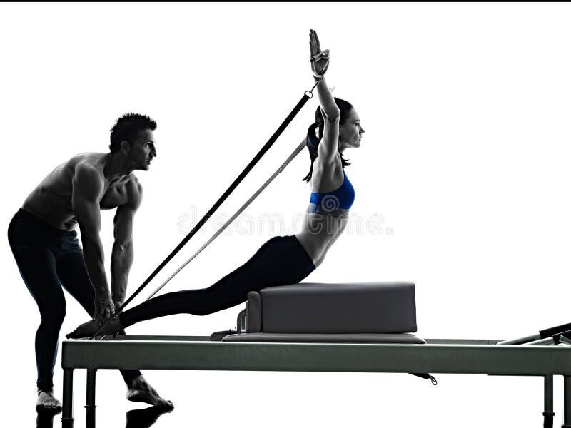 Par pilates reformator ćwiczy sprawność fizyczną odizolowywającą zdjęcia royalty free
