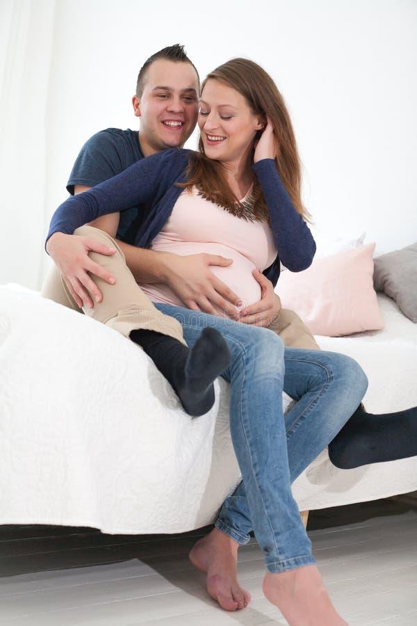 par potomstwa szczęśliwi ciężarni zdjęcie royalty free
