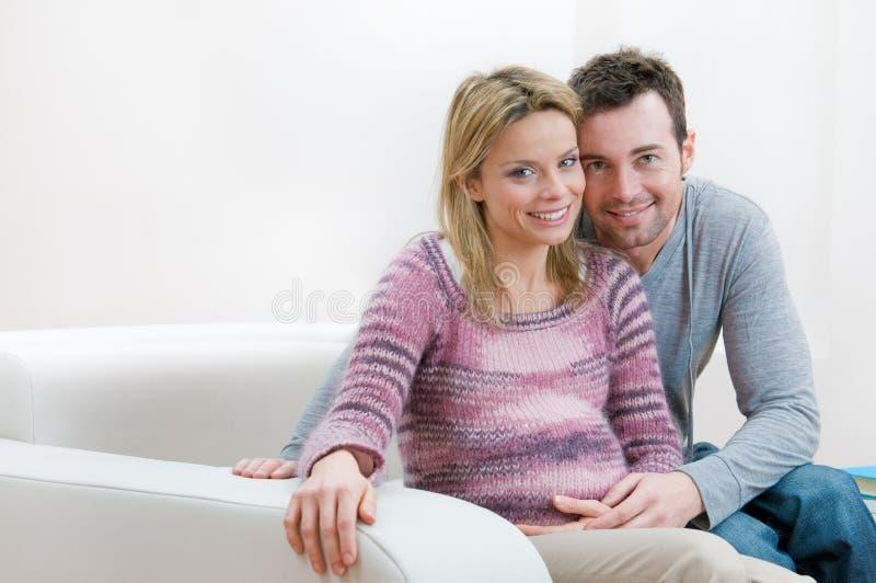 par potomstwa szczęśliwi ciężarni uśmiechnięci obraz royalty free
