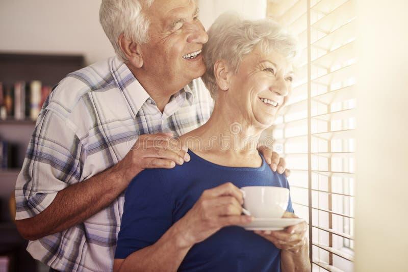 par returnerar pensionären arkivfoto