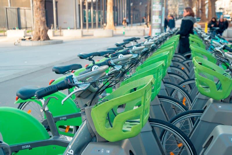 Par?s, Francia - 18 01 2019: Bicicletas de alquiler y que parquean en la ciudad Par?s foto de archivo