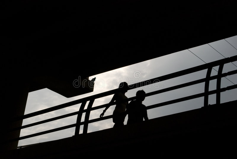 par silhouette att strosa royaltyfri foto