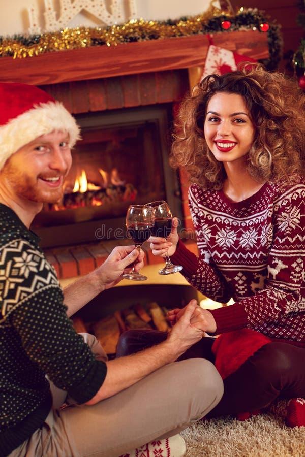 Par som är förälskade för jul fotografering för bildbyråer