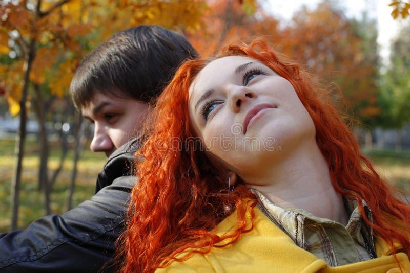 Par som är förälskade i höstpark fotografering för bildbyråer