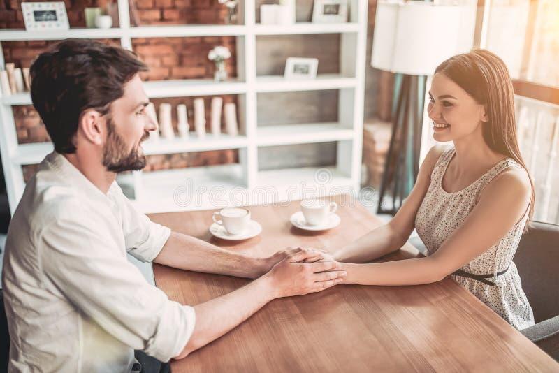 Par som är förälskade i kafé arkivfoton