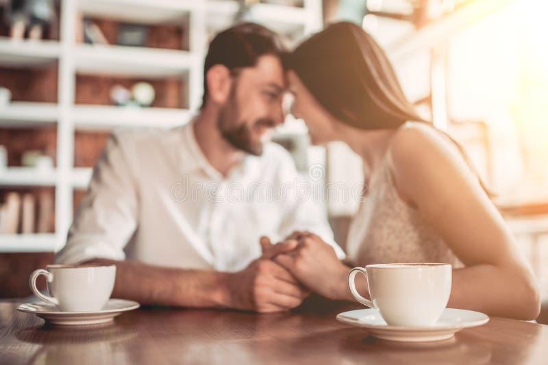 Par som är förälskade i kafé arkivbild