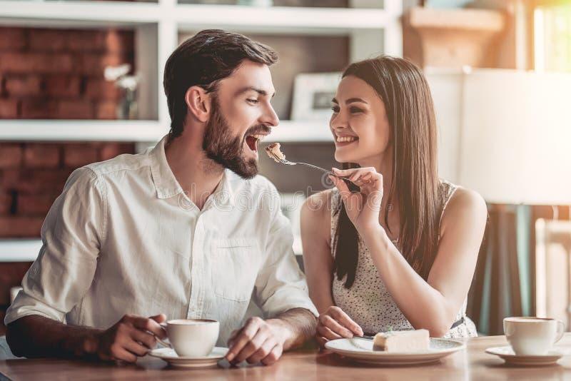 Par som är förälskade i kafé royaltyfria foton