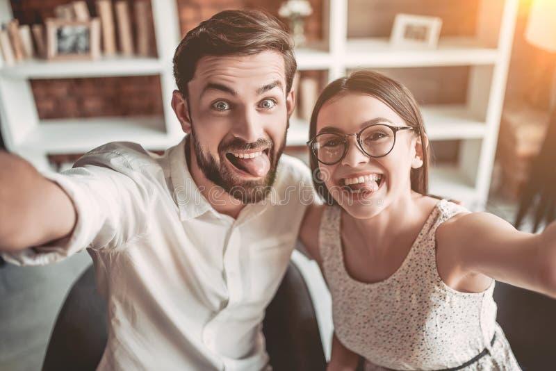 Par som är förälskade i kafé arkivbilder