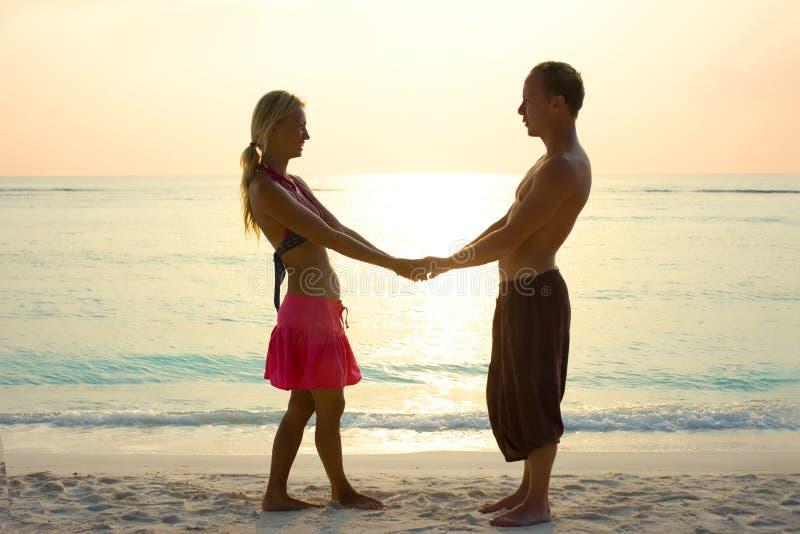 Par som är förälskade i soluppgång arkivfoto