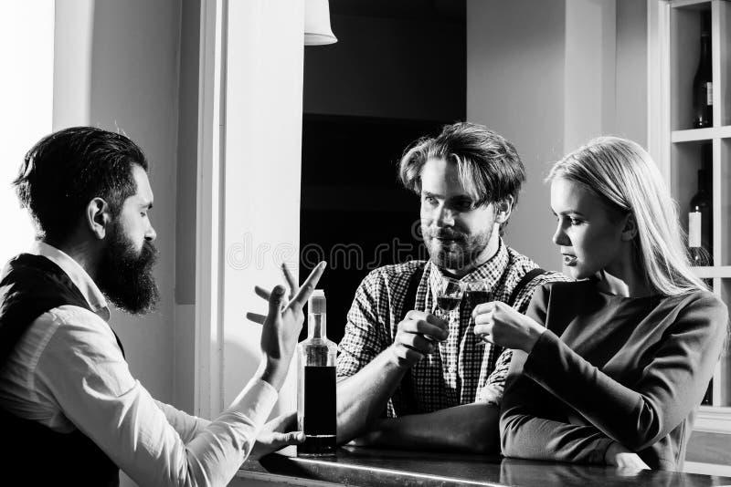 Par som är förälskade, och bartender på stången arkivbild