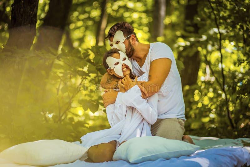 Par som är förälskade på naturen Gömt framsidabegrepp royaltyfria foton