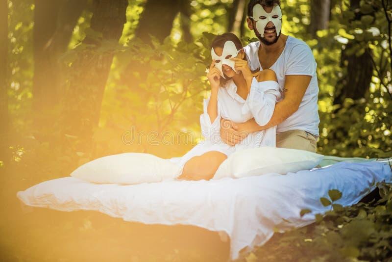 Par som är förälskade på naturen Gömt framsidabegrepp royaltyfria bilder