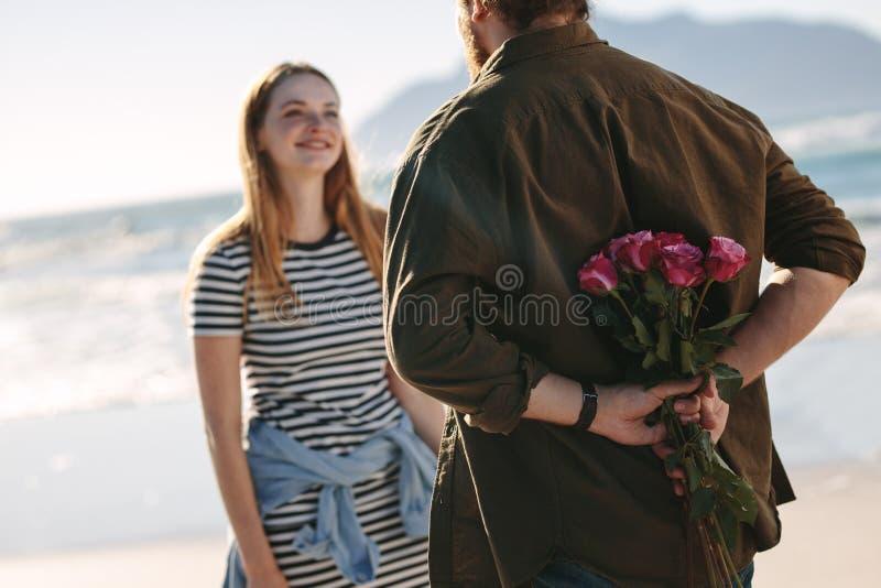 Par som är förälskade på romantiskt datum royaltyfria bilder