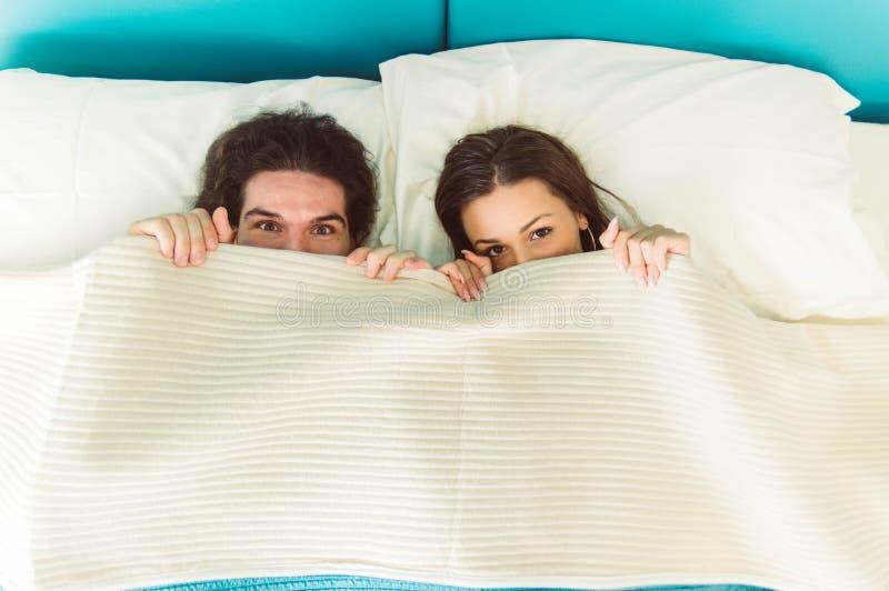 Par som är förälskade på sängen royaltyfri fotografi