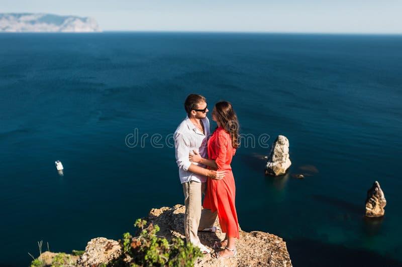 Par som är förälskade på solnedgången vid havet bröllopsresa Bröllopsresatur Pojke och flicka på havet löpande kvinna för man arkivbild